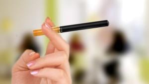 cigarette électronique en main